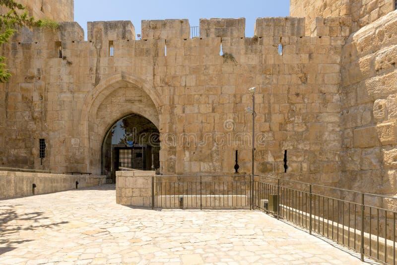 De oude stadsmuren en de torens in oud Jeruzalem royalty-vrije stock fotografie