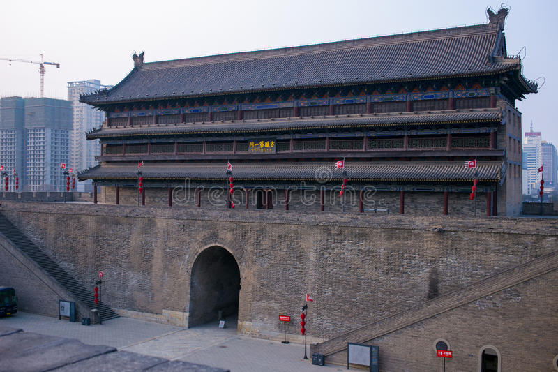 De oude stadsmuur van Xi `, China, dat van boven voor boogschieten werd gebouwd stock foto
