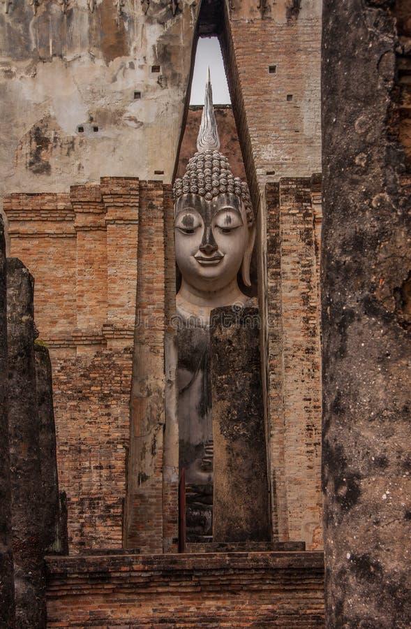 De oude standbeelden van Boedha, de TEMPEL van WAT SRICHUM, SUKHOTHAI, Thailand stock afbeelding