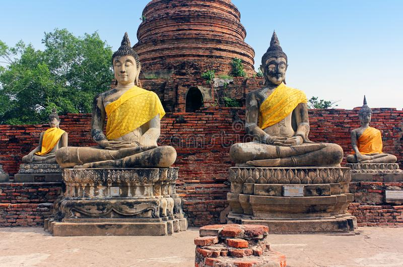 De oude standbeelden van Boedha en ruïnes van Wat Yai Chaimongkol-tempel in Ayutthaya, Thailand stock afbeelding