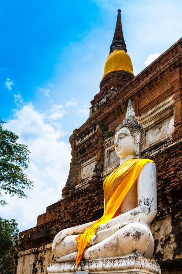 De oude standbeelden van Boedha tegen blauwe hemel in Ayutthaya, Thailand stock foto's