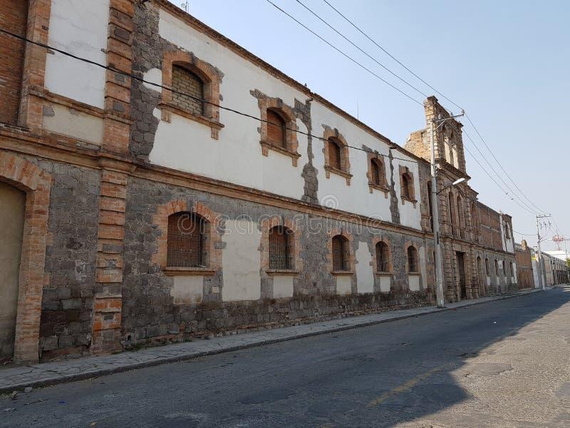 de oude steen bouw tegenover de post van de spoorweg van de stad van Toluca, Mexico royalty-vrije stock afbeeldingen