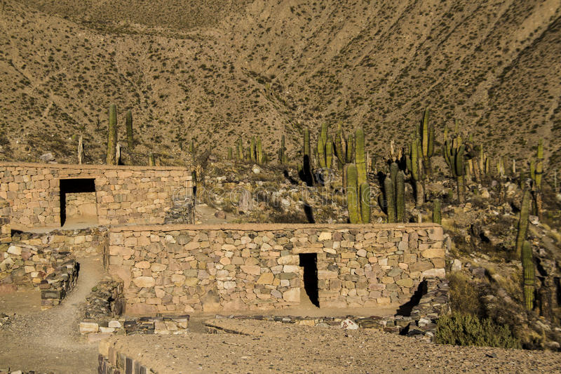 De oude steen huisvest pre-Columbian stad van Tilcara stock foto