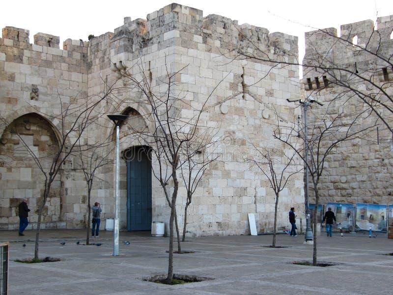 De oude steenbouw met een open poort in het centrum Ierusalima vroege ochtend in de lente royalty-vrije stock afbeelding