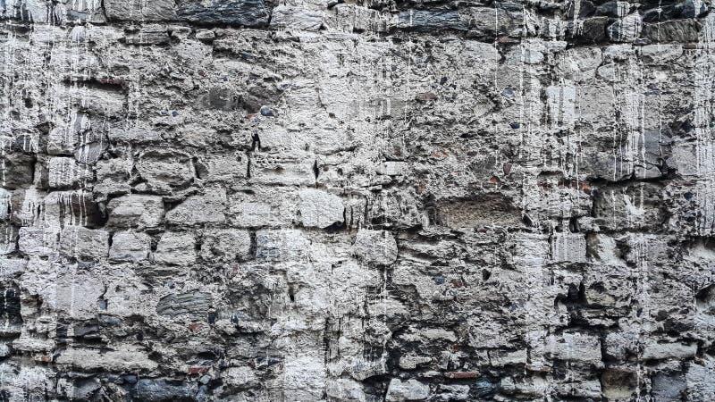 De oude steenmuren staan in te storten op het punt stock fotografie