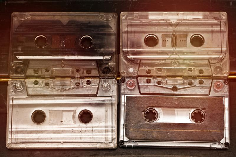 De oude stereocassettebanden met de liederen van muziekverslagen luisteren royalty-vrije stock afbeelding