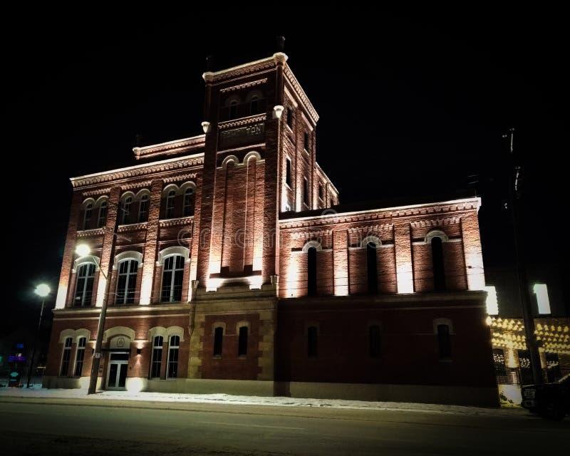 De oude stijlbouw stak omhoog bij nacht aan royalty-vrije stock afbeelding