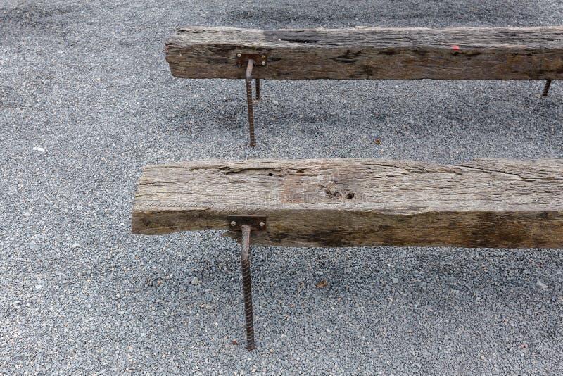 De oude stoel van de spoorwegdwarsbalk kringloop van houten spoorweg stock afbeelding