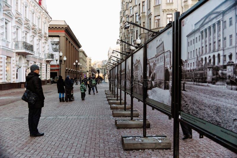 De oude Straat van Arbat Stary Arbat in Moskou, Rusland, met Foto's van Oud Moskou royalty-vrije stock fotografie