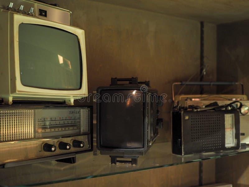 De oude televisies en de radio's op schorten op royalty-vrije stock fotografie
