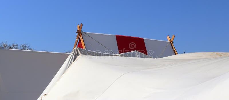 De oude tent van Vikingen die van doek en hout voor een blauwe hemel wordt gemaakt royalty-vrije stock fotografie