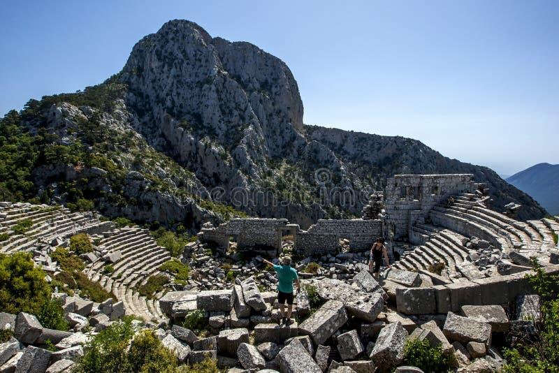 De oude theaterruïnes in Termessos, gevestigde 34 km binnenlands van Antalya in Turkije stock fotografie