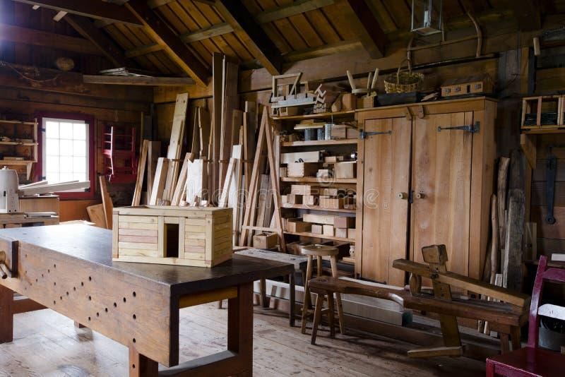 De oude timmerlieden winkelen met het werkstuk en de hulpmiddelen royalty-vrije stock foto's