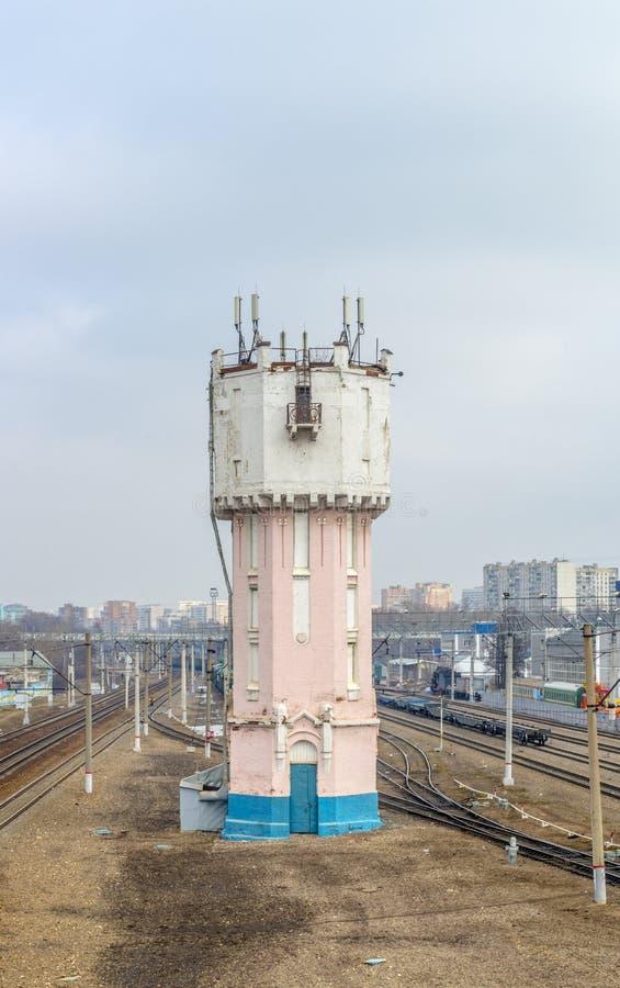 De oude toren van het baksteenwater bij station royalty-vrije stock foto's