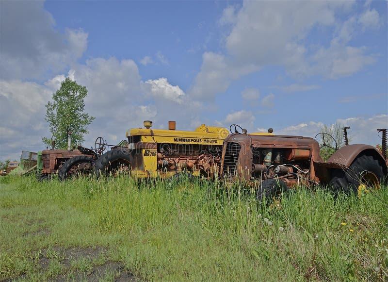 De oude tractor van Minneapolis Moline in autokerkhof stock afbeelding