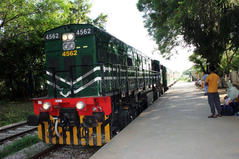 De oude trein die zich nog in Pakistan bewegen stock afbeeldingen