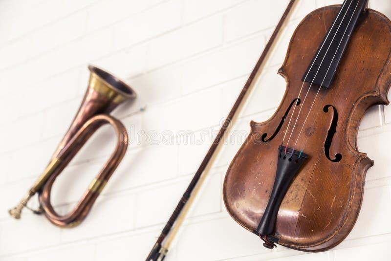 De oude trompet en de viool hangen royalty-vrije stock afbeeldingen