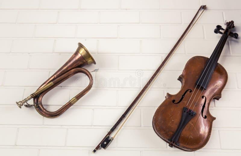 De oude trompet en de viool hangen stock foto's