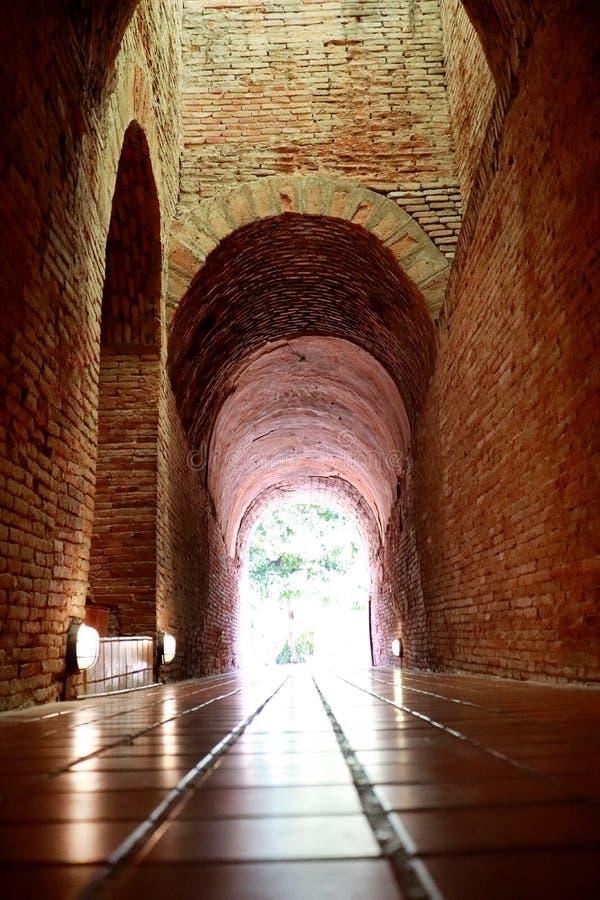 De oude tunnel met een licht in het eind in Wat Umong Changmai Thailand stock foto's