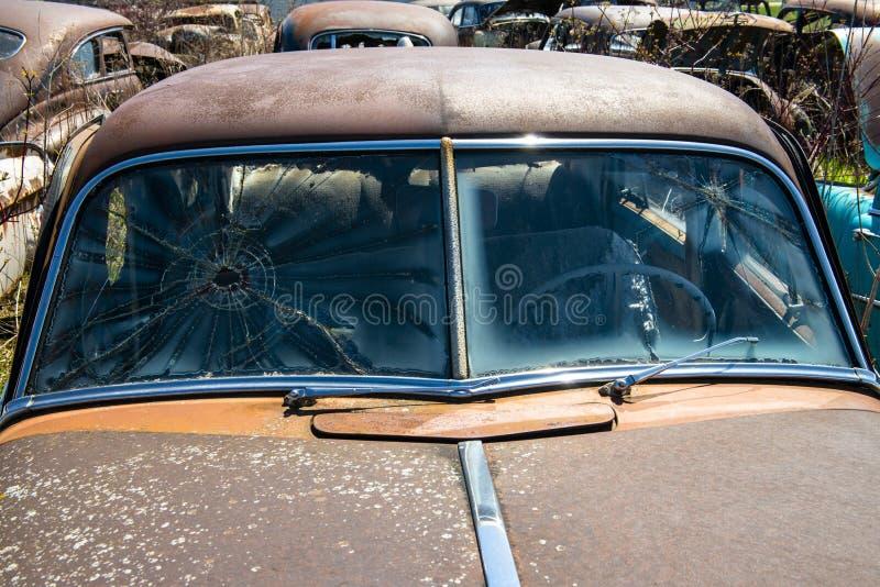 De oude Uitstekende Auto van de Troepwerf, Roest royalty-vrije stock afbeeldingen