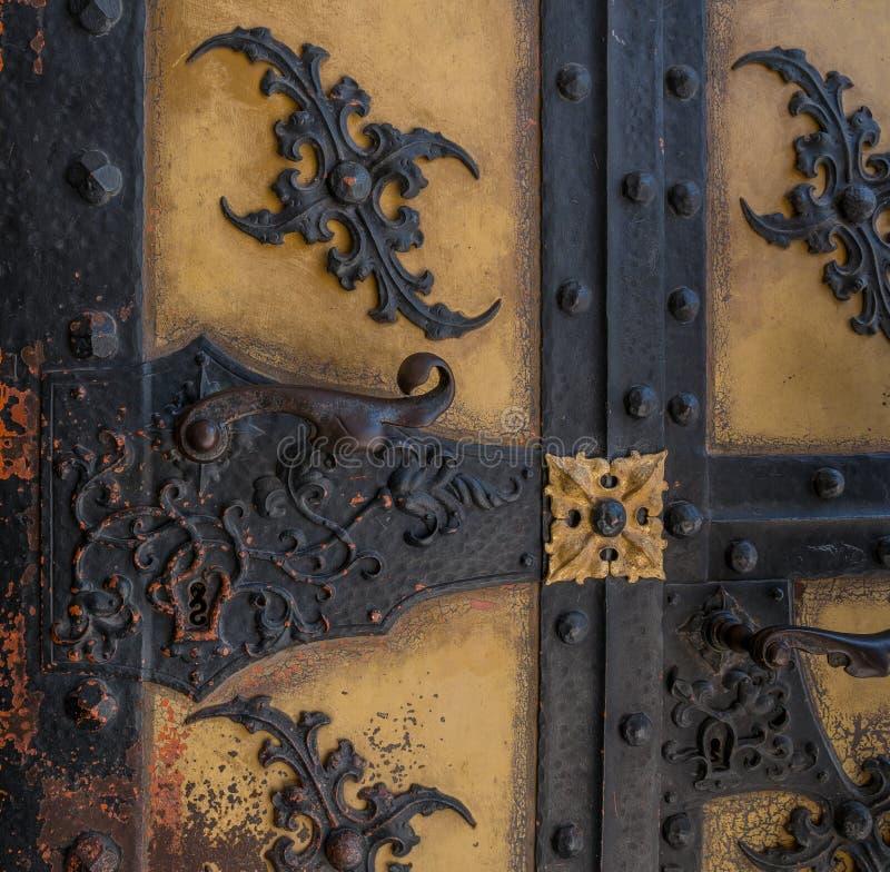 De oude uitstekende deur met handvat en sleutelgat stock fotografie