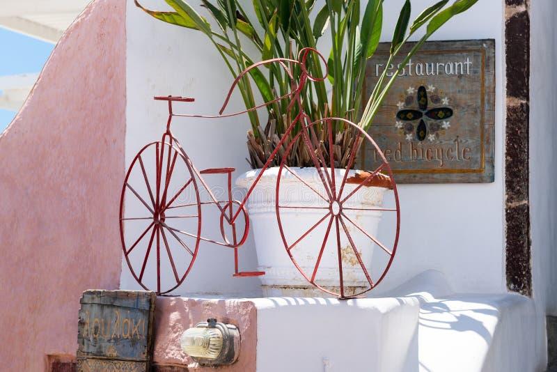 De oude uitstekende fiets blijft als decoratie dichtbij restaurantingang royalty-vrije stock foto