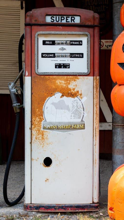 De oude uitstekende of retro automaat van de brandstofpomp stock foto