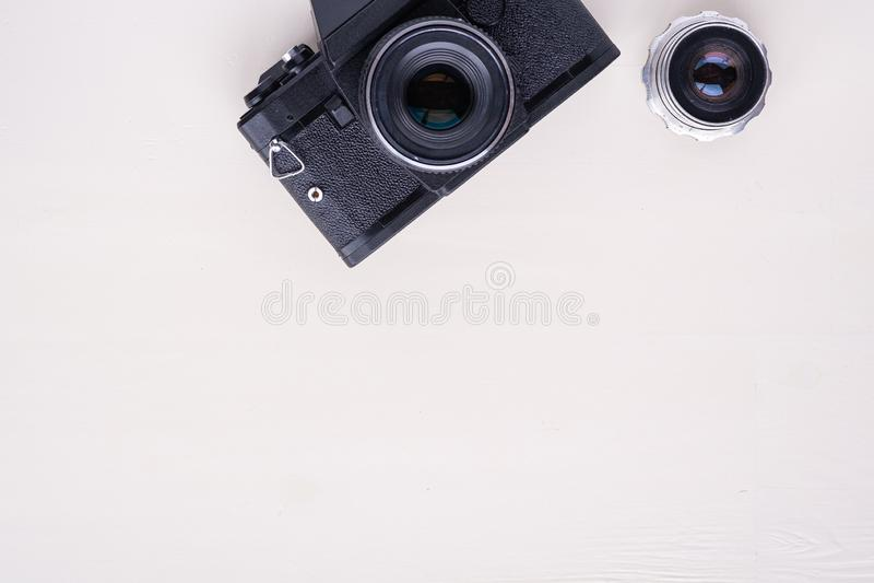De oude uitstekende retro camera van de fotofilm met ruimte hoogste de meningsvlakte van het lensexemplaar legt op witte achtergr royalty-vrije stock foto
