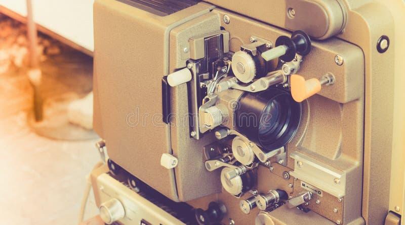 De oude uitstekende rollende projector van de filmbioskoop royalty-vrije stock afbeeldingen