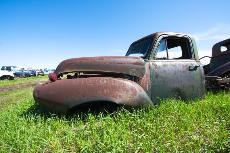 De oude Uitstekende Vrachtwagen van de Troepwerf, Auto, Roest stock afbeelding
