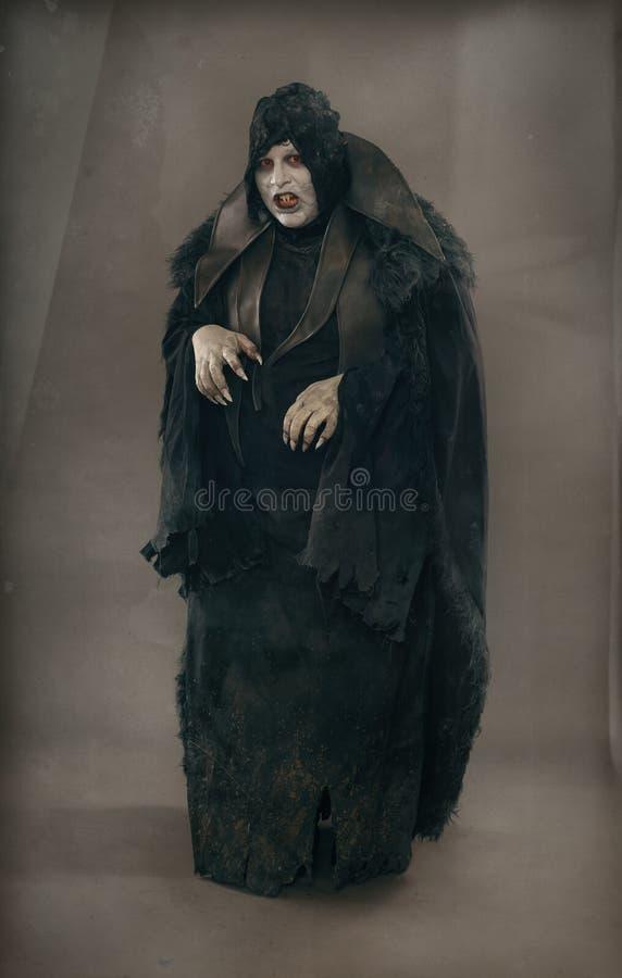 De oude vampier van de verschrikkingsmutant met grote enge spijkers Middeleeuws F stock afbeeldingen