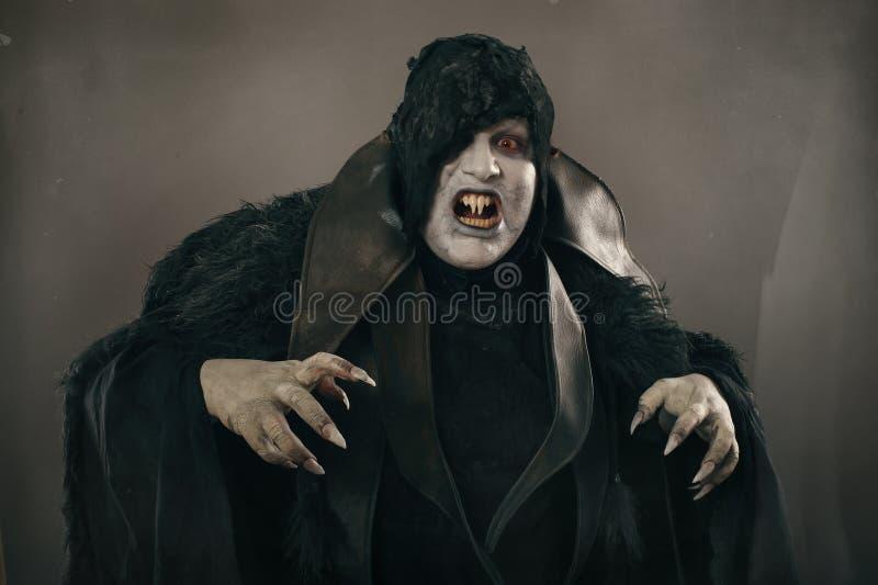 De oude vampier van de verschrikkingsmutant met grote enge spijkers Middeleeuws F stock foto