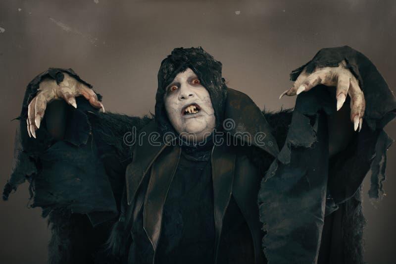 De oude vampier van de verschrikkingsmutant met grote enge spijkers Middeleeuws F stock afbeelding