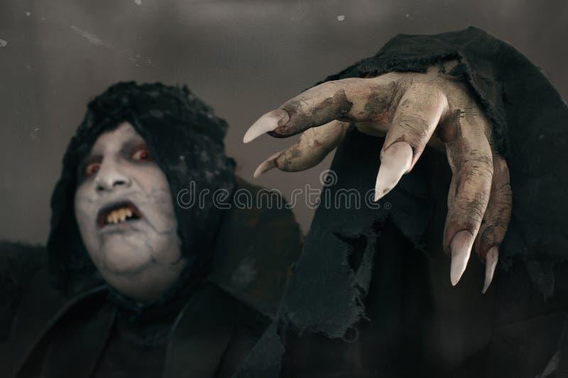 De oude vampier van de verschrikkingsmutant met grote enge spijkers Middeleeuws F royalty-vrije stock afbeelding