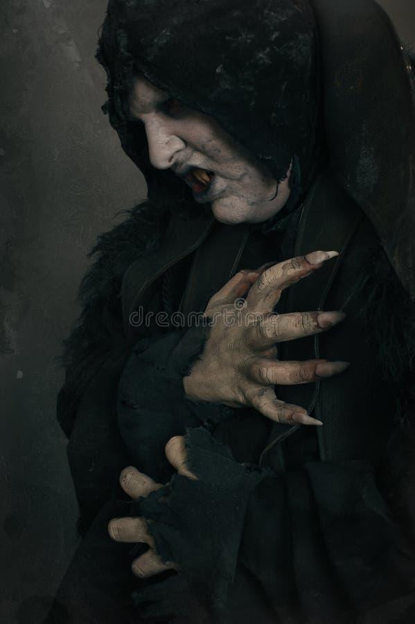 De oude vampier van de verschrikkingsmutant met grote enge spijkers Middeleeuws F stock fotografie