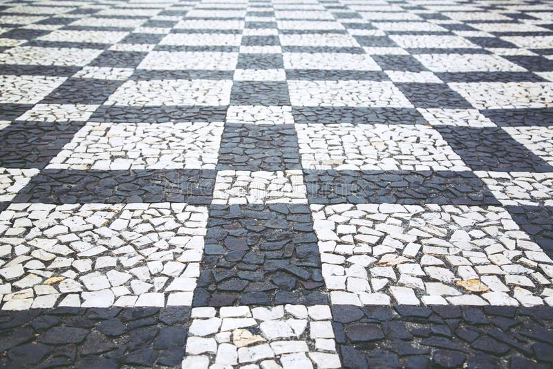 De oude van de de steenbestrating van de straatweg bedekte oppervlakte van de de gangtextuur raad van het het patroonschaak stock foto