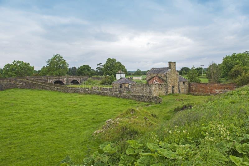 De oude verlaten molenbouw in het landelijke platteland plaatsen stock afbeelding