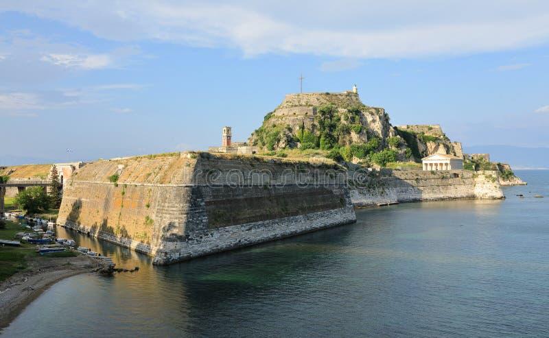 De Oude Vesting van Korfu met alle hoofdlijnen - de Brug, het Kanaal, de twee Pieken met de Vuurtoren, de Klokketoren en royalty-vrije stock afbeeldingen