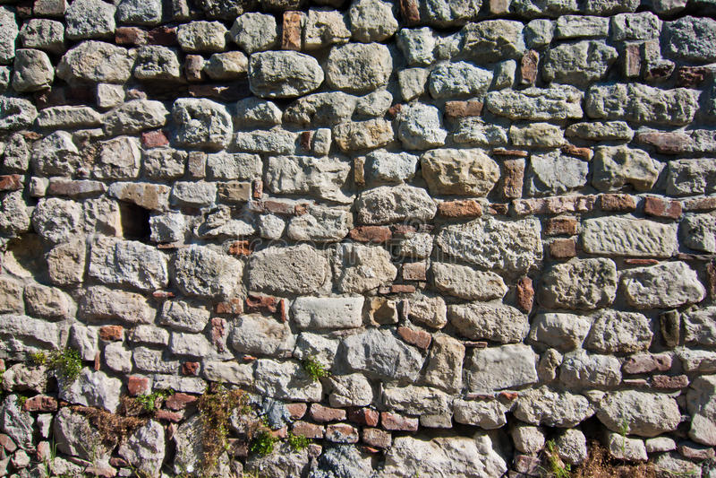 De oude vestingsmuur herstelde honderden tijden tijdens eeuwen, Kalemegdan, Belgrado stock foto's