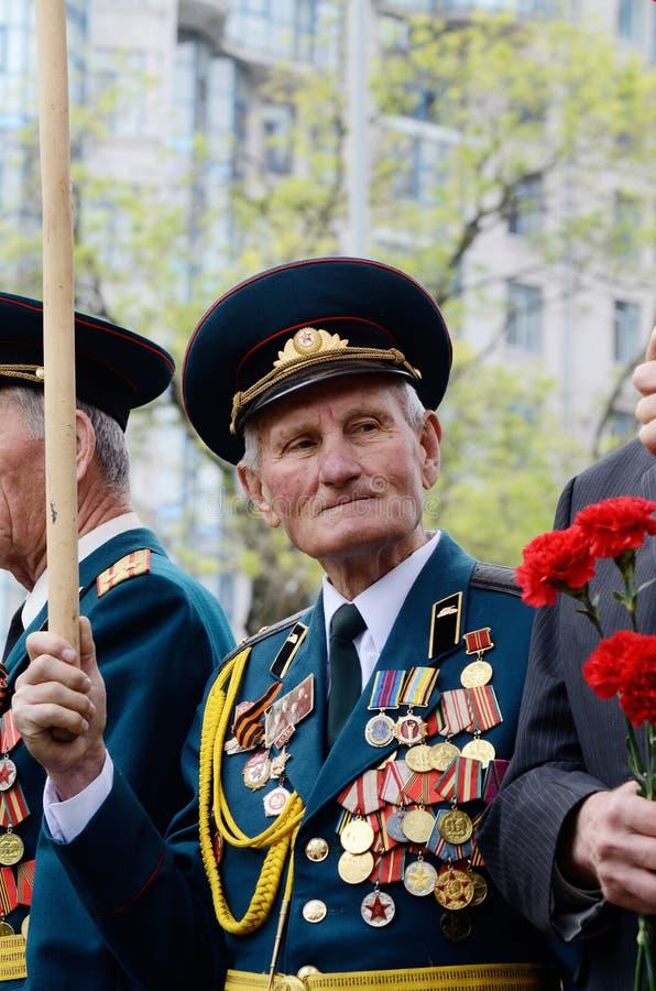 De oude veteraan komt Victory Day in herdenking van Sovjetmilitairen vieren die tijdens Grote Patriottische Oorlog, Odessa, de Oe stock afbeelding
