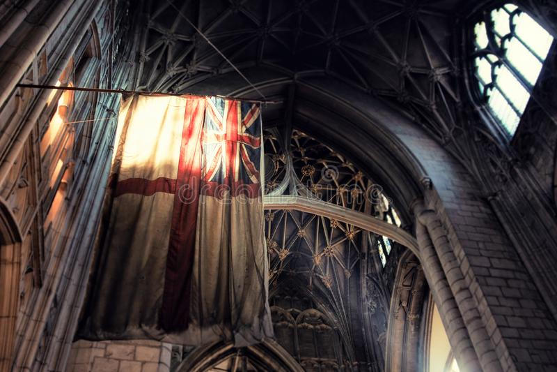 De oude vlag van Groot-Brittannië binnen gotische stijlkathedraal royalty-vrije stock foto