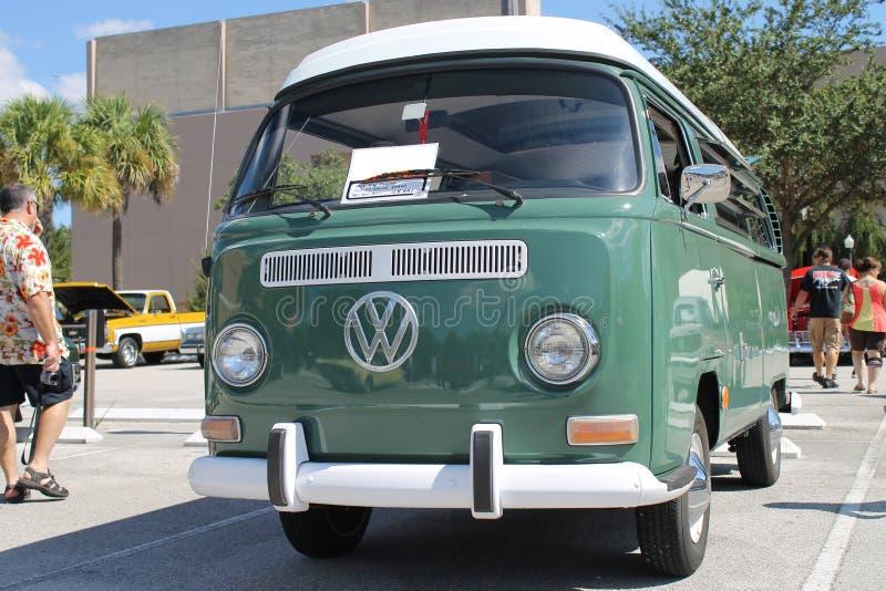 De oude Volkswagen-Bestelwagen bij de auto toont stock afbeeldingen
