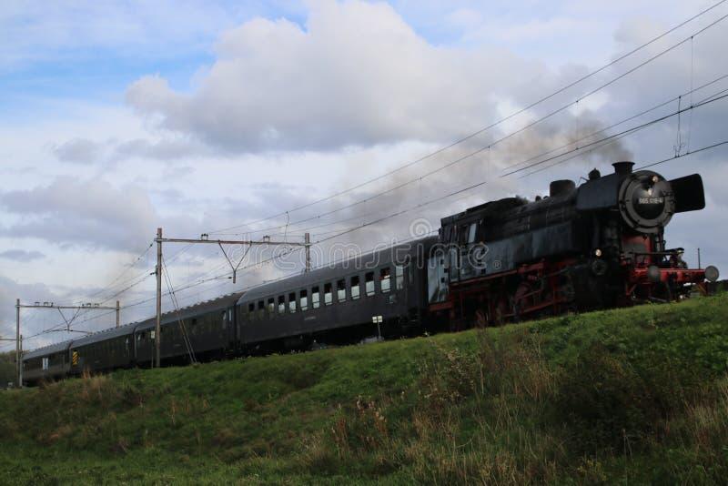 De oude voortbewegingstrein van de museumstoom bij spoorwegspoor tussen Gouda en Rotterdam stock foto