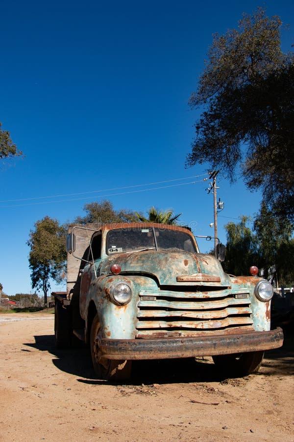 De oude Vrachtwagen van Chevrolet van 1950 in een binnenplaats in Mexico royalty-vrije stock afbeelding