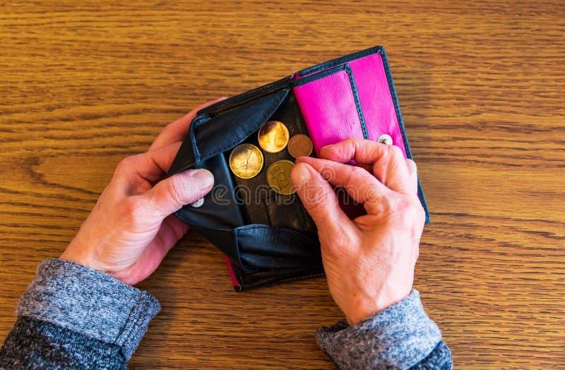De oude vrouw is brak Niet meer geld in uw portefeuille royalty-vrije stock foto's