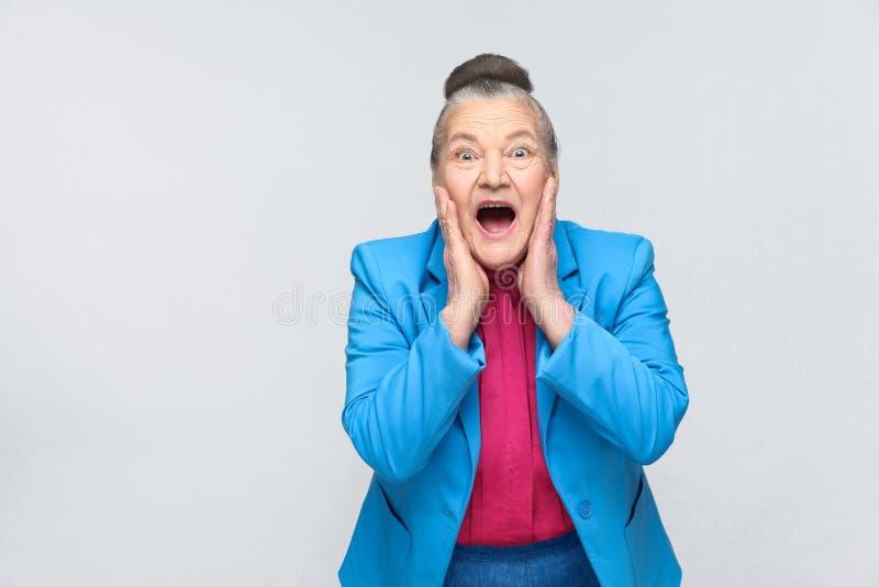 De oude vrouw heeft gezicht geschokt royalty-vrije stock foto's