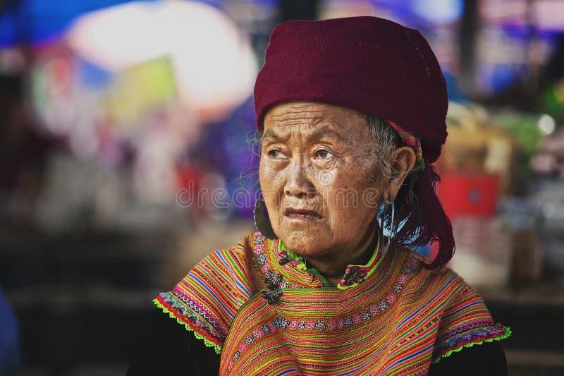 De oude vrouw op de markt in Bac Ha, Vietnam stock afbeeldingen