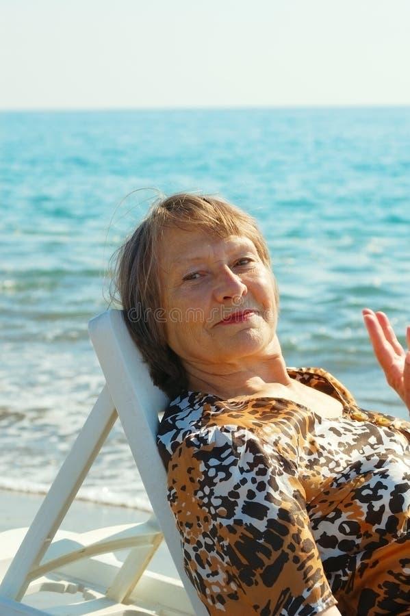De oude vrouw van de rust royalty-vrije stock fotografie