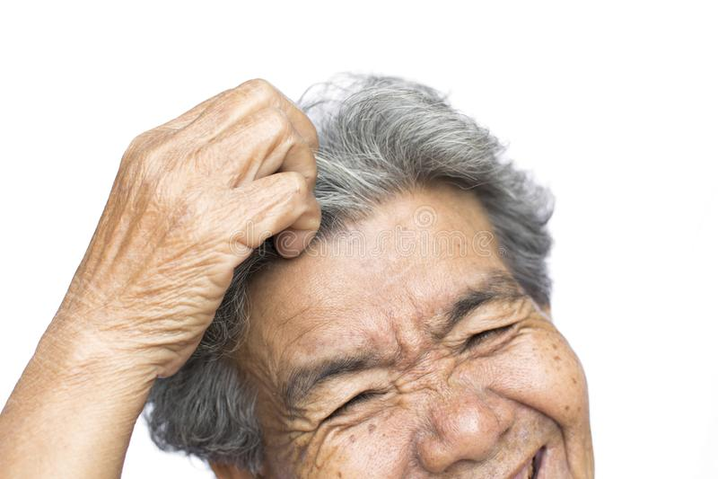 De oude vrouw voelde heel wat bezorgdheid over haar verlies en het jeuken van hoofdrooskwestie stock fotografie