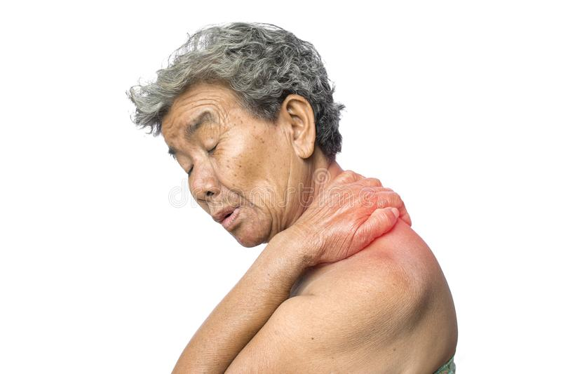 De oude vrouw voelde heel wat bezorgdheid over schouder en halspijn op wit royalty-vrije stock afbeeldingen